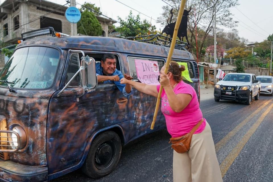 Caravana de Félix Salgado sale de Acapulco con dirección a la sede del INE