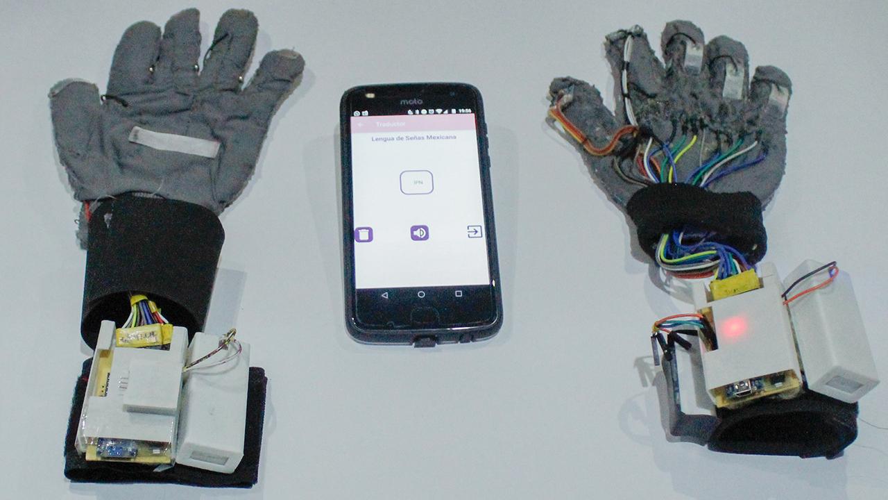 Talento mexicano: dos ingenieras del IPN crearon guantes para descifrar la Lengua de Señas Mexicana
