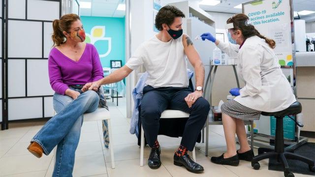 Justin Trudeau recibe primera dosis de vacuna AstraZeneca