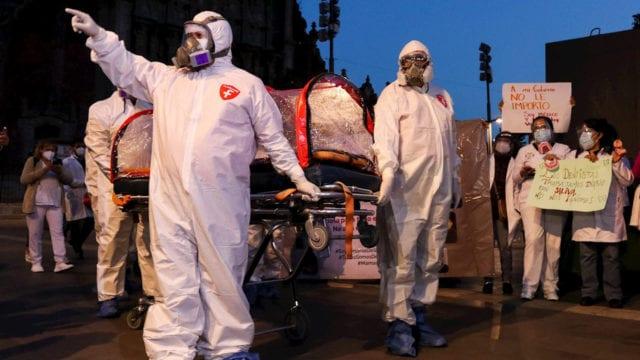 Medicos privados protestan en Palacio Nacional; exigen ser vacunados