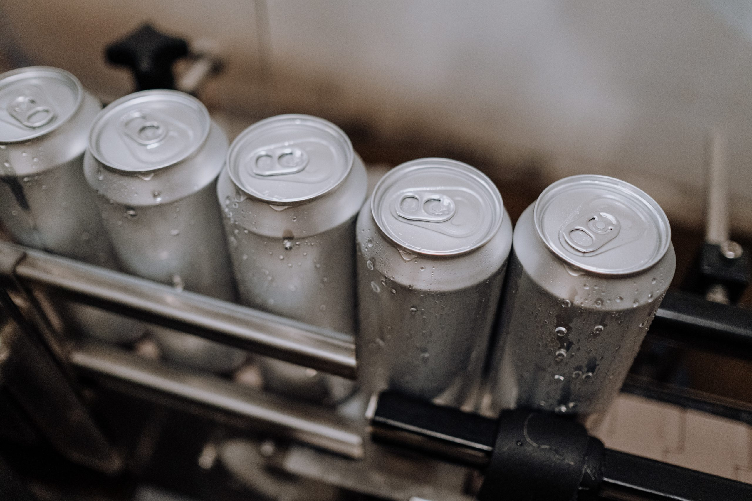 El trabajo en conjunto detrás de una cerveza en lata