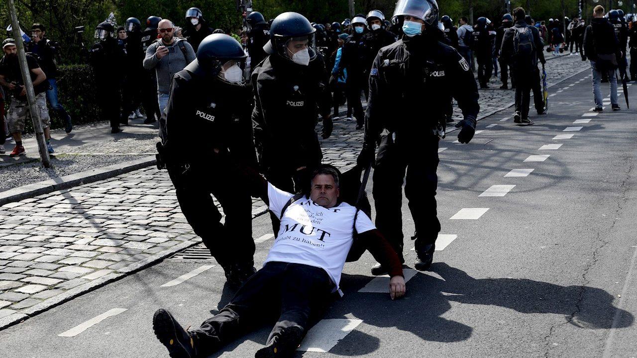 Policías alemanes disuelven manifestación contra ley de confinamiento