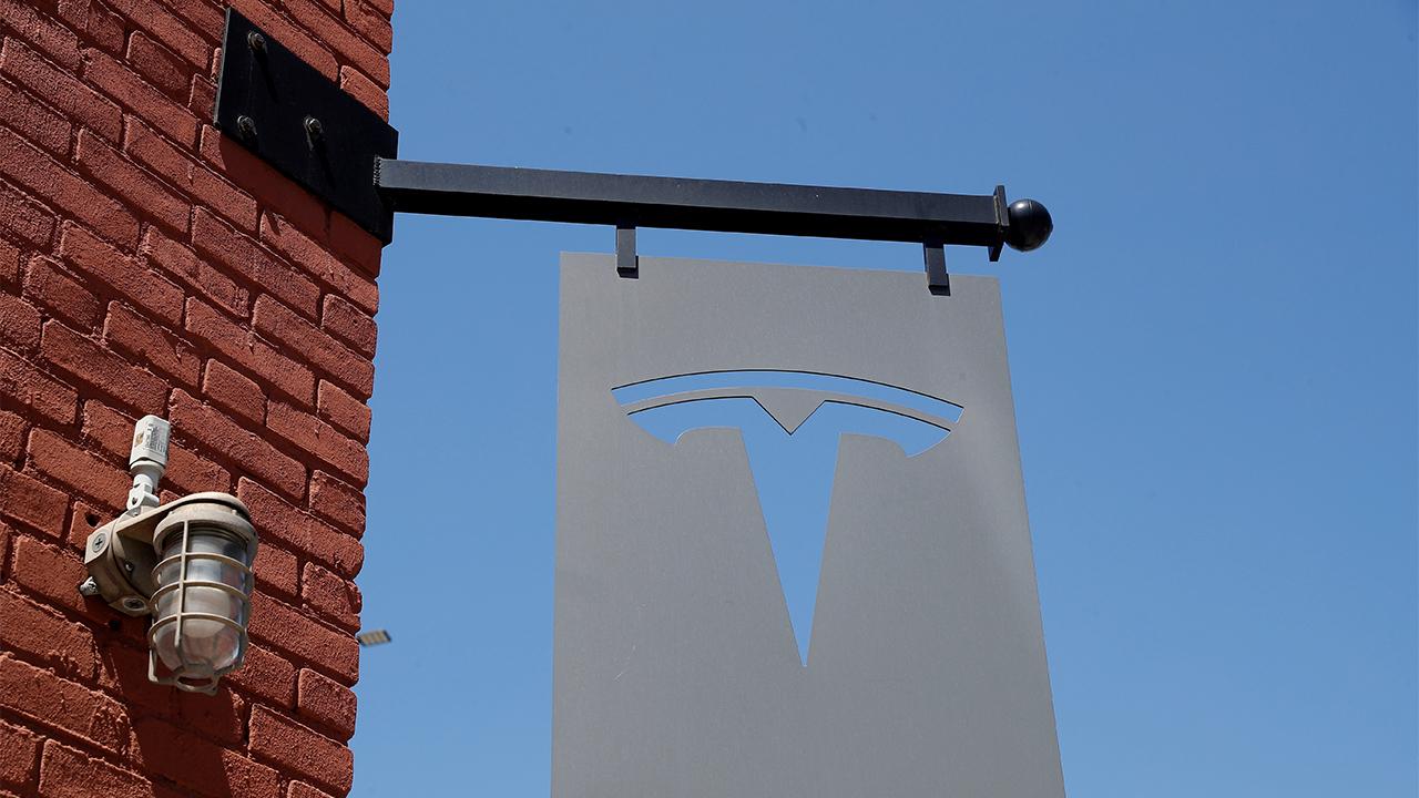 Cambios en manejo autónomo de Tesla podrían tardar un par de meses; acciones bajan
