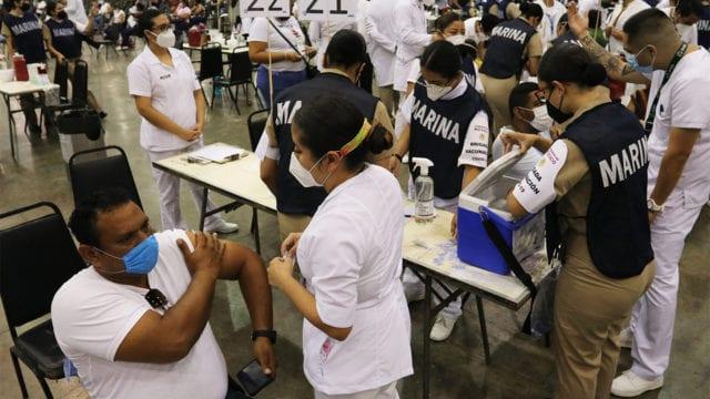Comienza vacunación de maestros tras un año sin clases presenciales