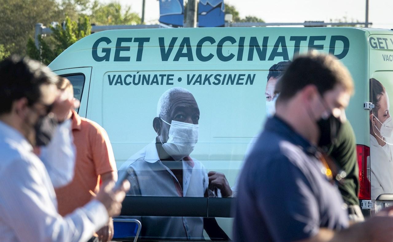 """Estados Unidos permite a personas vacunadas hacer viajes """"con bajo riesgo"""""""