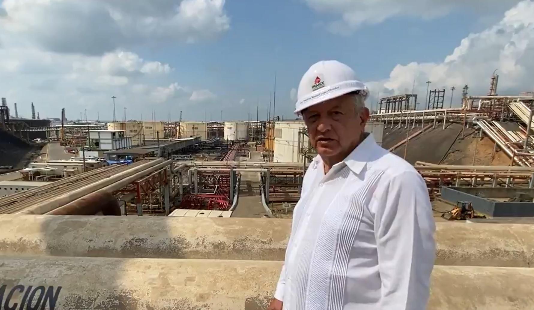 AMLO visita zona siniestrada en refinería de Minatitlán, pero no L12
