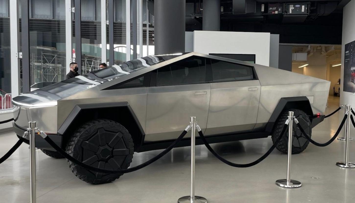 El Tesla Cybertruck deslumbra a NY: Elon Musk lo presume en las calles y TV