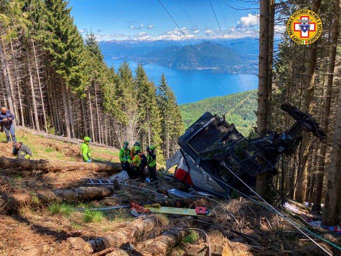 Mueren 14 personas al caer una cabina de teleférico en Italia
