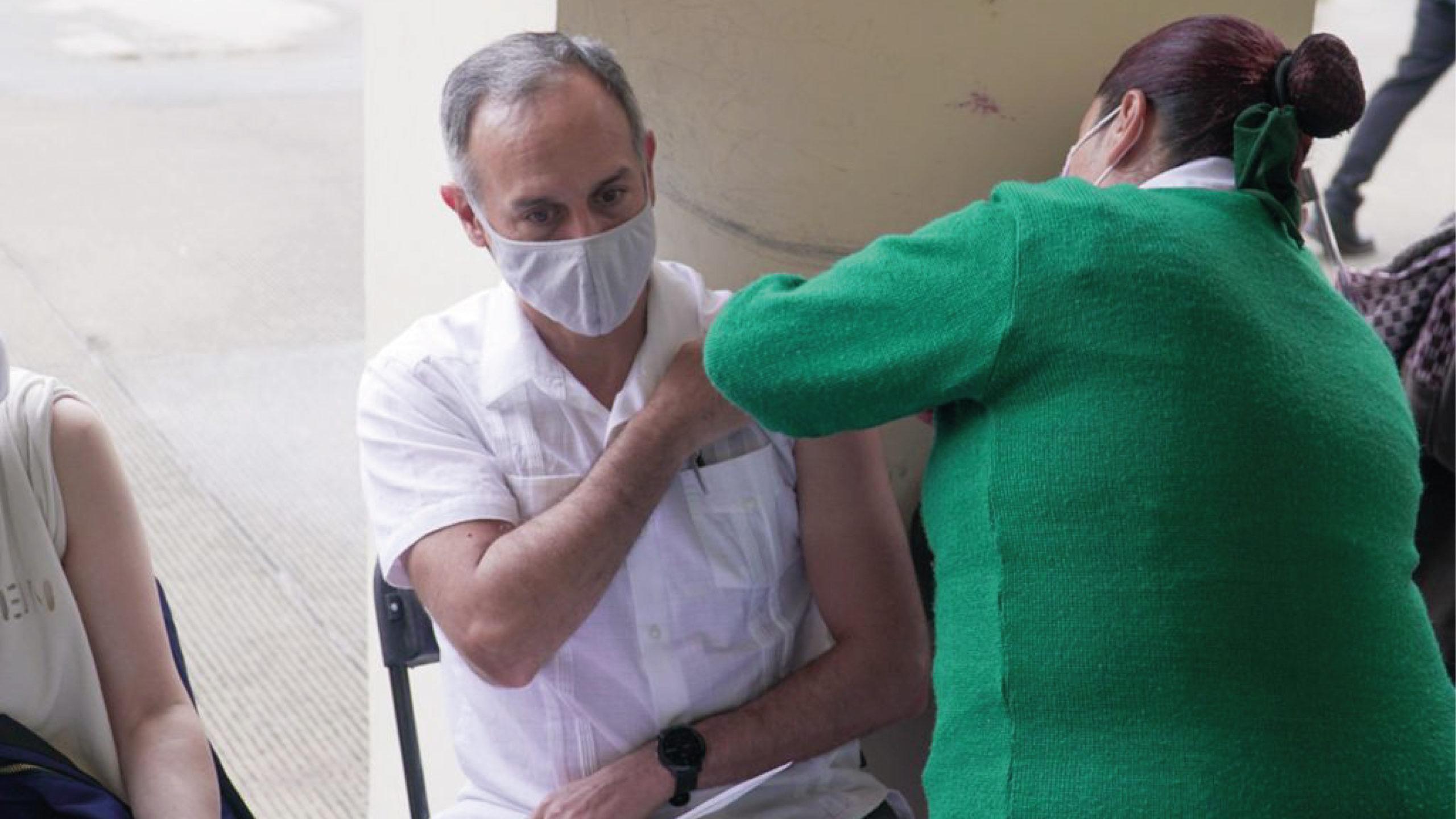 López-Gatell recibe su primera dosis de vacuna contra Covid-19