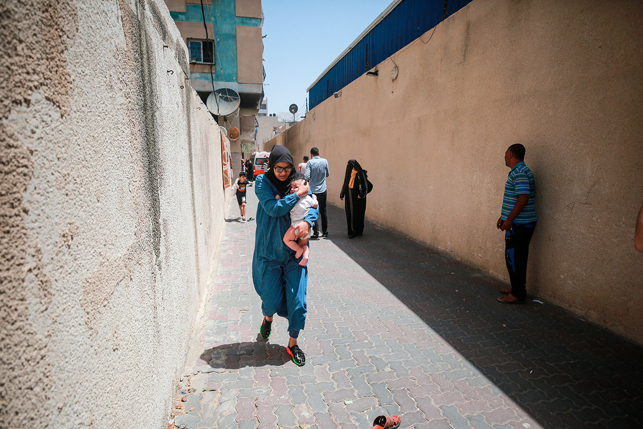 Palestinos desesperados huyen de bombardeos israelíes en Gaza
