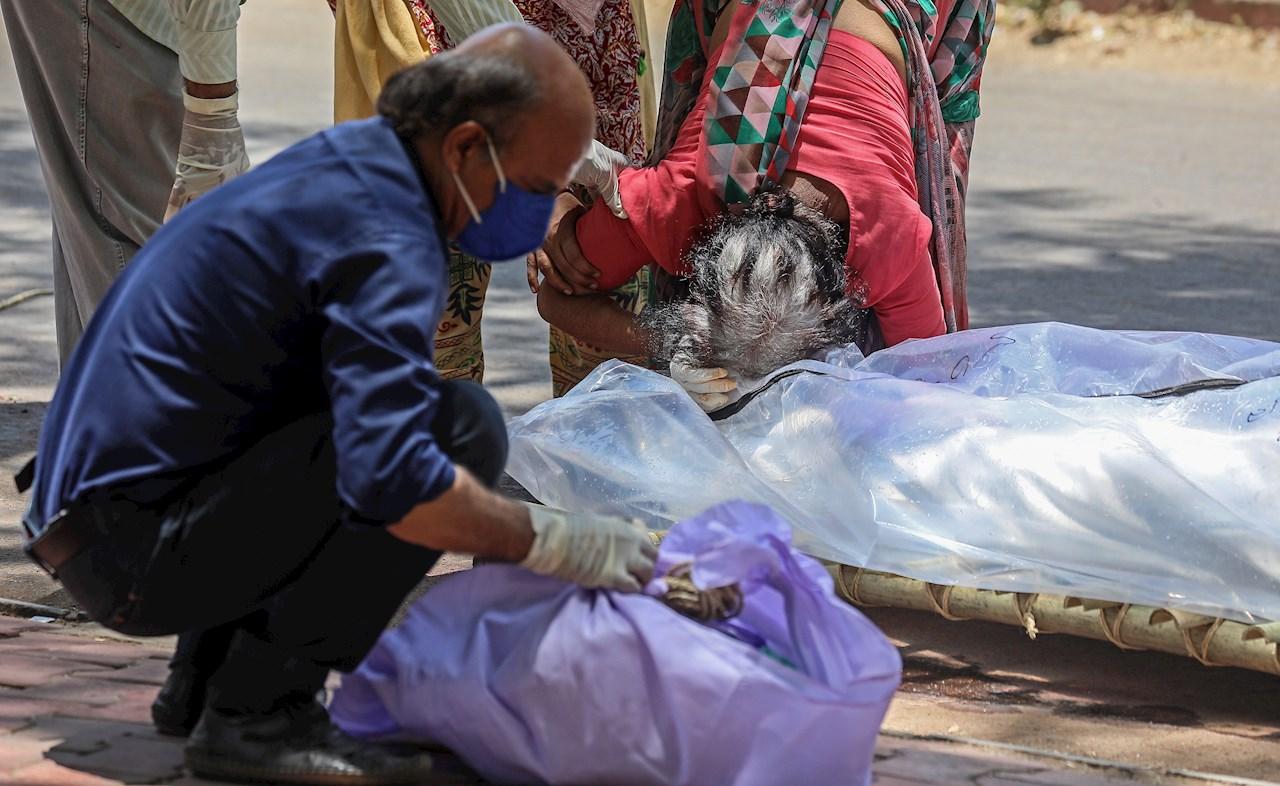 Decenas de cadáveres llegan a la orilla del Ganges, en India por pandemia