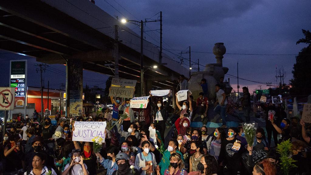 Protesta a las a fueras de la L12 del metro