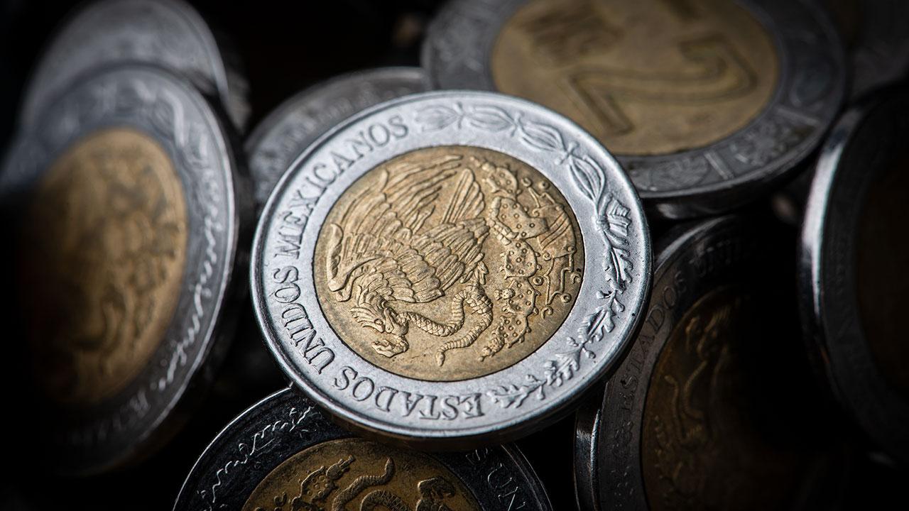 Peso pierde marginalmente, en espera de datos económicos relevantes