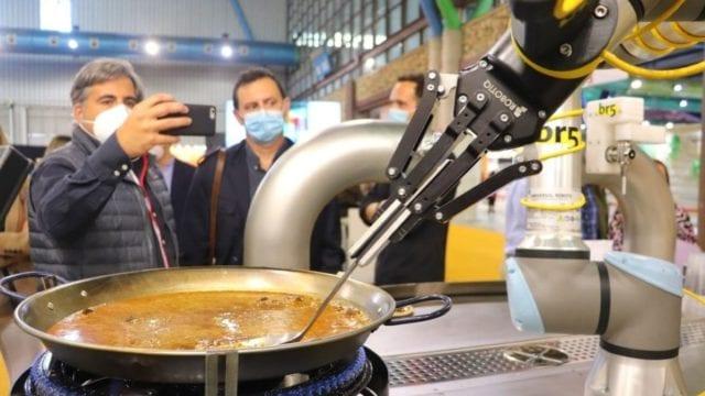 ¡Ole! Paella hecha por robot recibe visto bueno de maestra paellera
