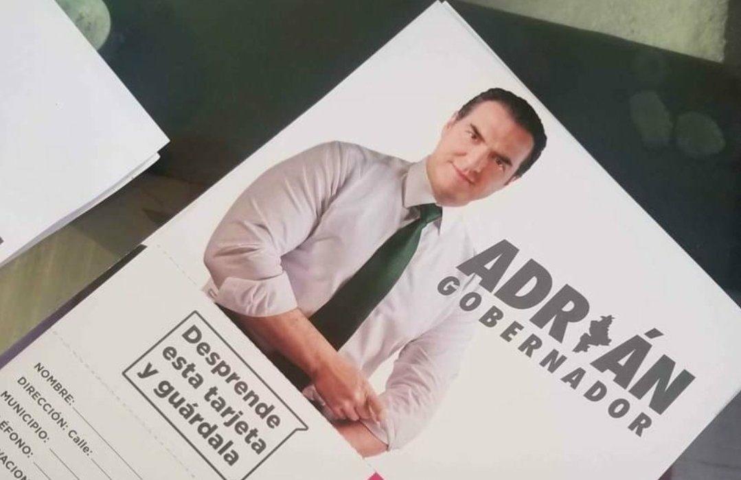 Pese a veda y advertencia del INE, AMLO 'acusa' reparto de tarjetas en NL