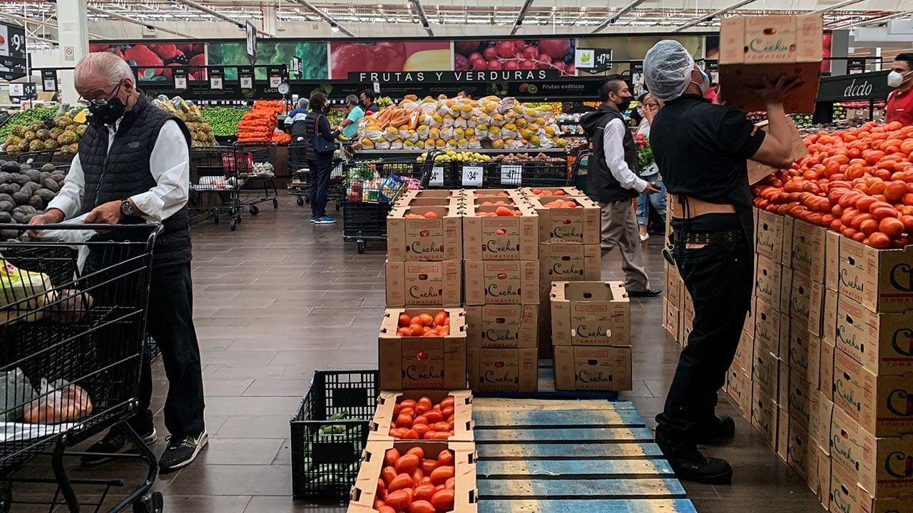 Inflación se modera en la primera mitad de agosto; se encarecen alimentos