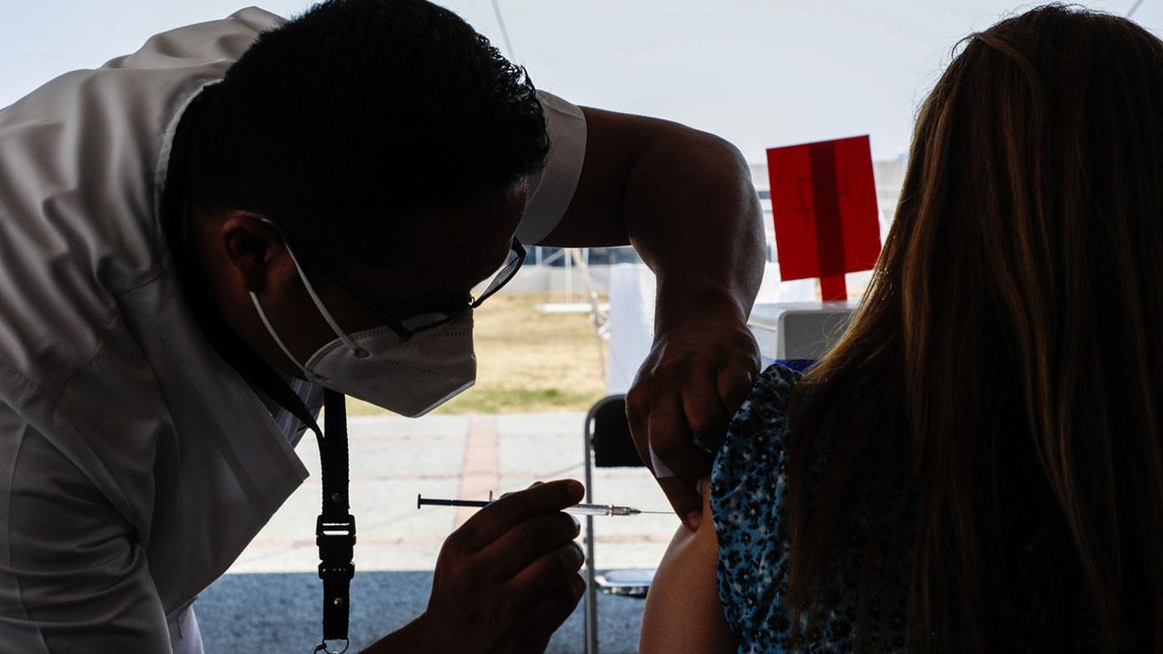 OMS recomienda tercera dosis de vacuna anticovid en grupos de riesgo