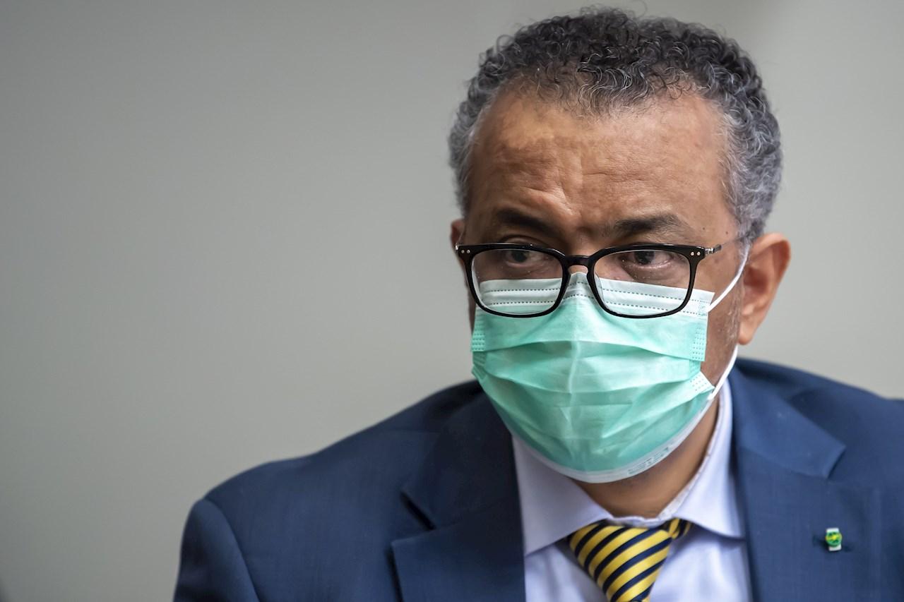 """OMS alerta: Pandemia """"está lejos de su final"""" pese a 2 semanas de descensos en casos"""