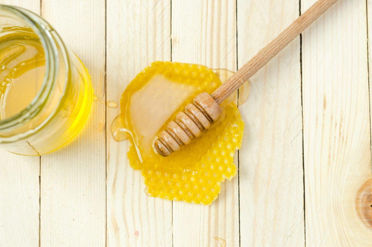 Miel de abeja: Beneficios para la piel y cómo implementarlos