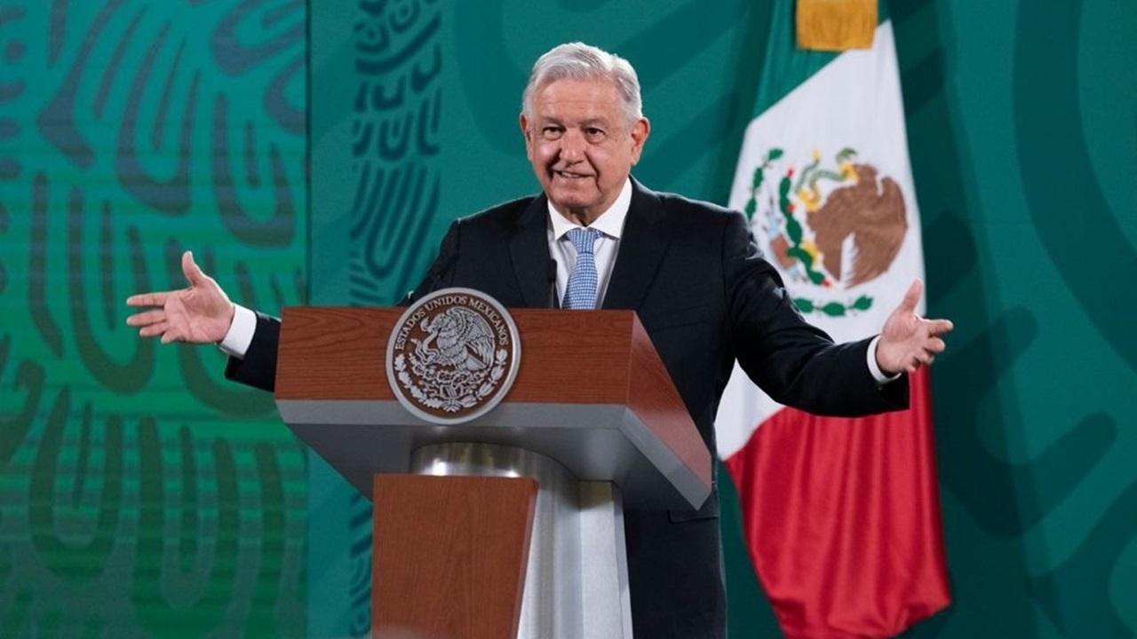 AMLO critica a gobernador de Banxico por compra de plantas chatarra