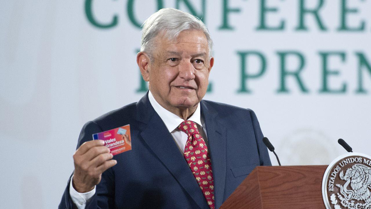 AMLO carga contra Córdova y Murayama por defender tarjetas electorales