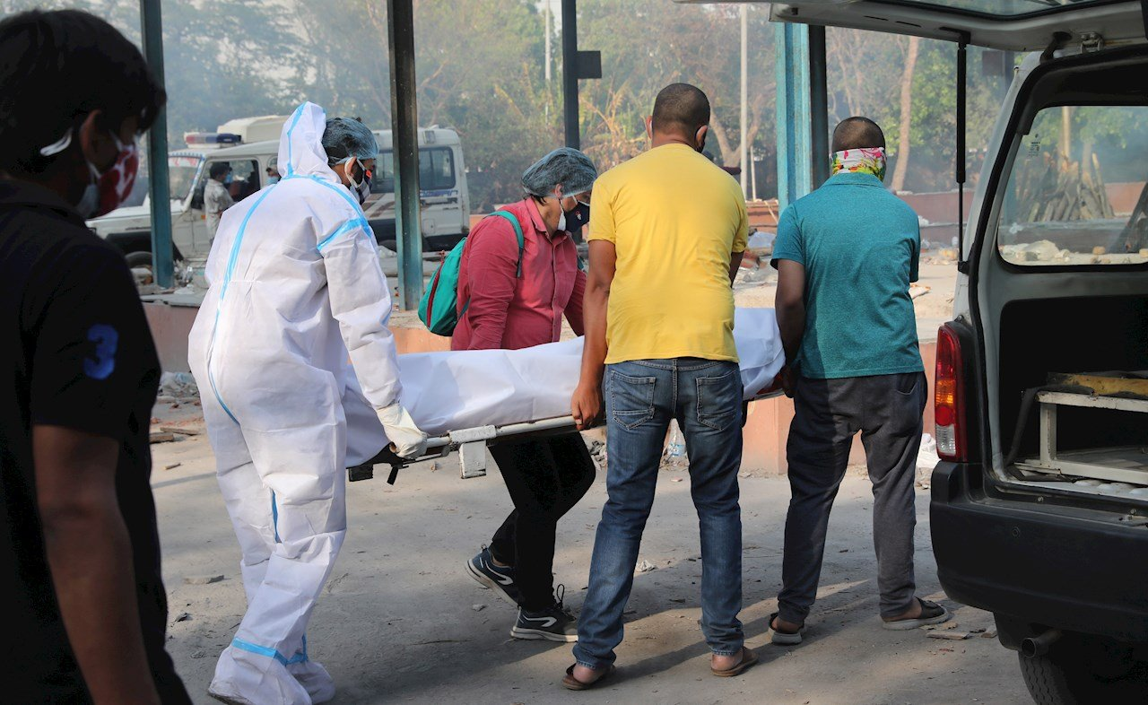 India reporta 4 mil muertes diarias por Covid-19, nuevo récord
