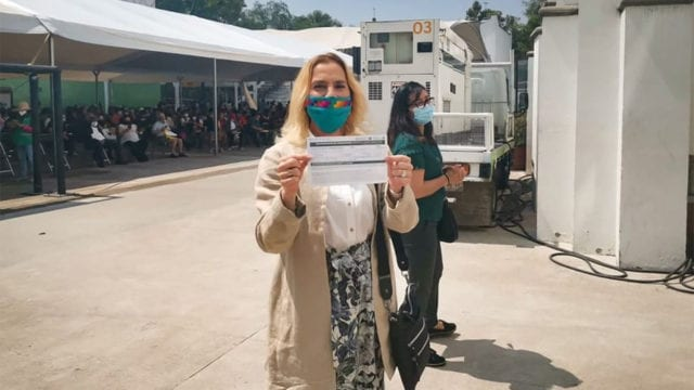 Aplican vacuna contra Covid-19 a Beatriz Gutiérrez Müller