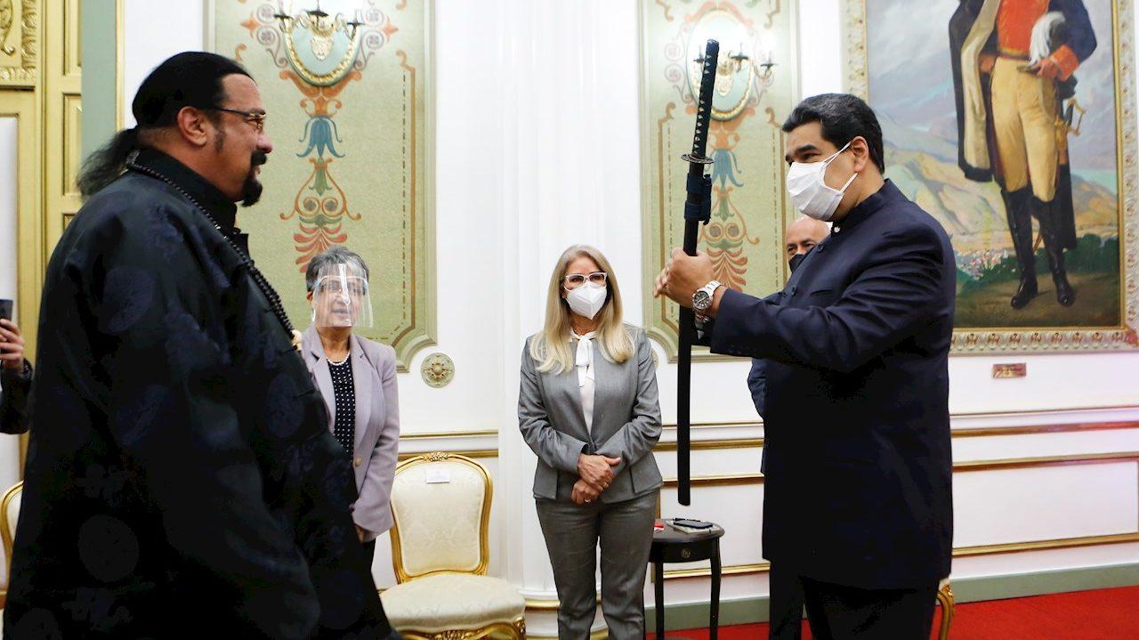 Nicolás Maduro recibe espada samurái del actor Steven Seagal
