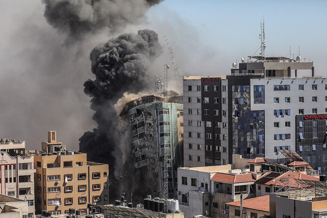 Israel derriba un edificio sede de la prensa internacional en Gaza