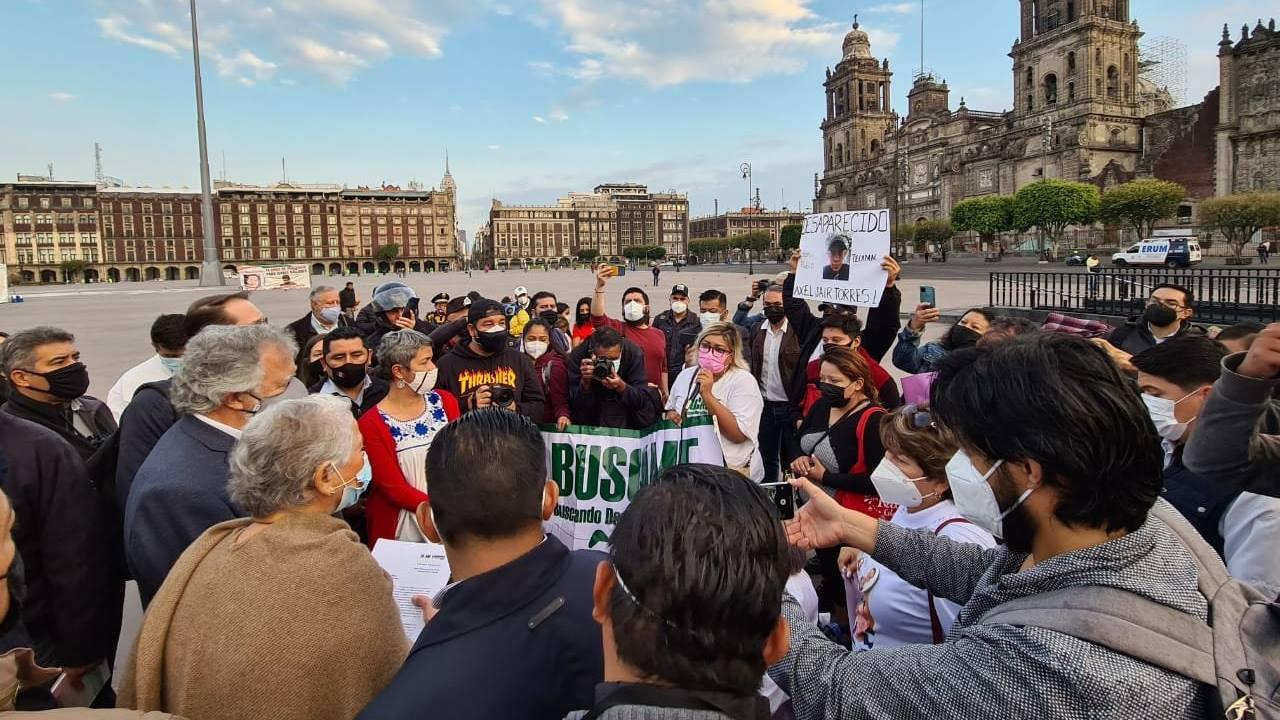 Show en Palacio y afuera, madres protestaron por desaparecidos