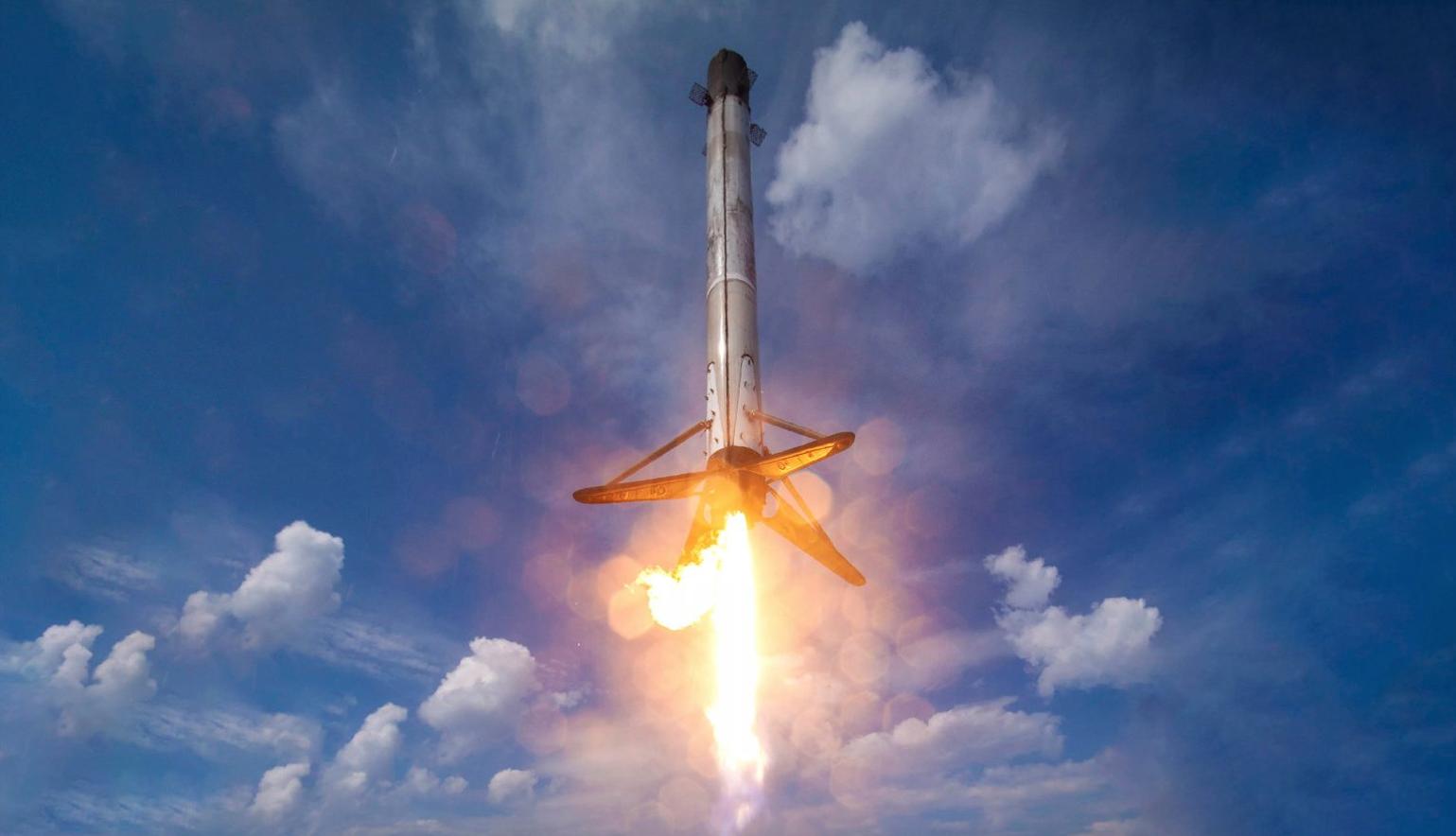SpaceX asiste lanzamiento de Starlink y coloca en órbita su satélite número 1500