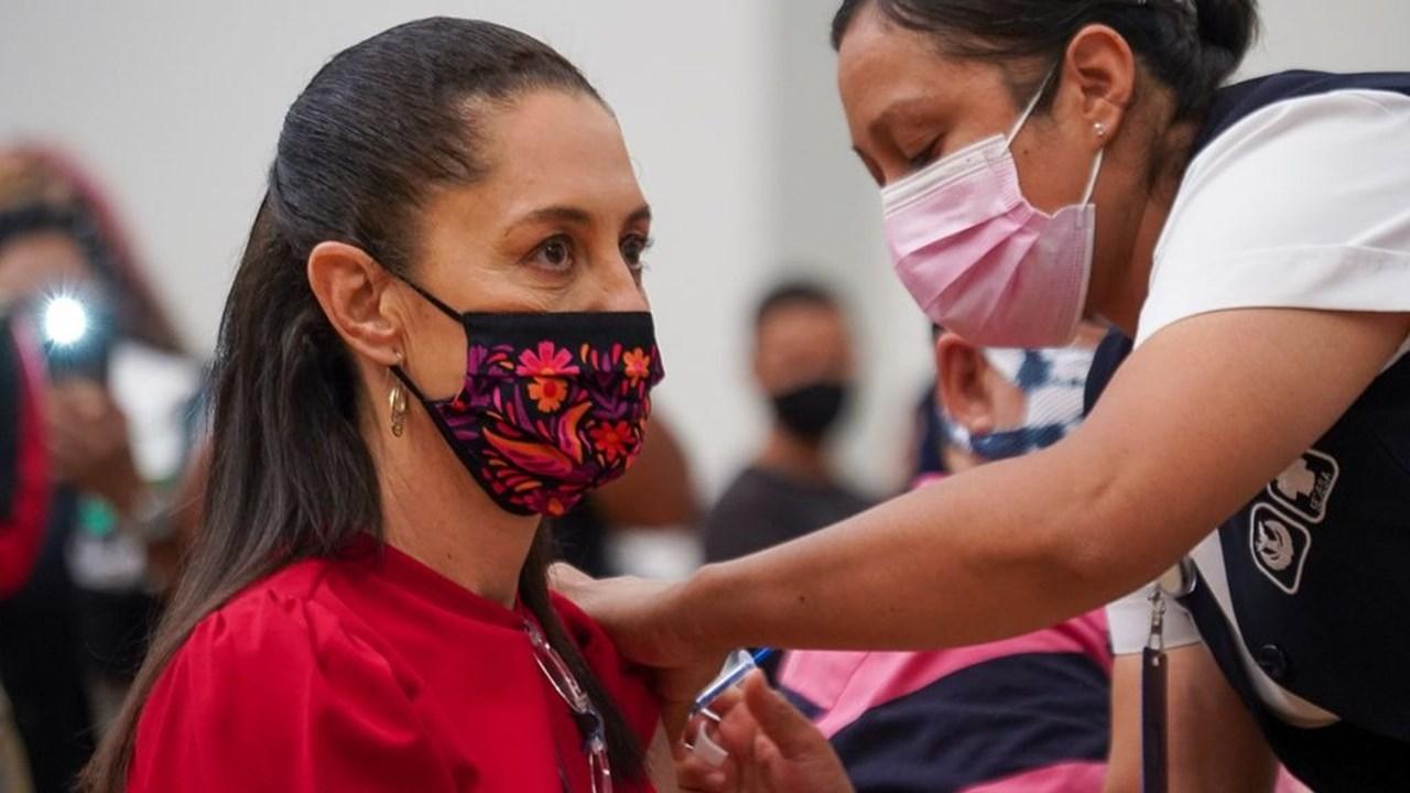 Claudia Sheinbaum recibe vacuna de Covid-19 de Pfizer