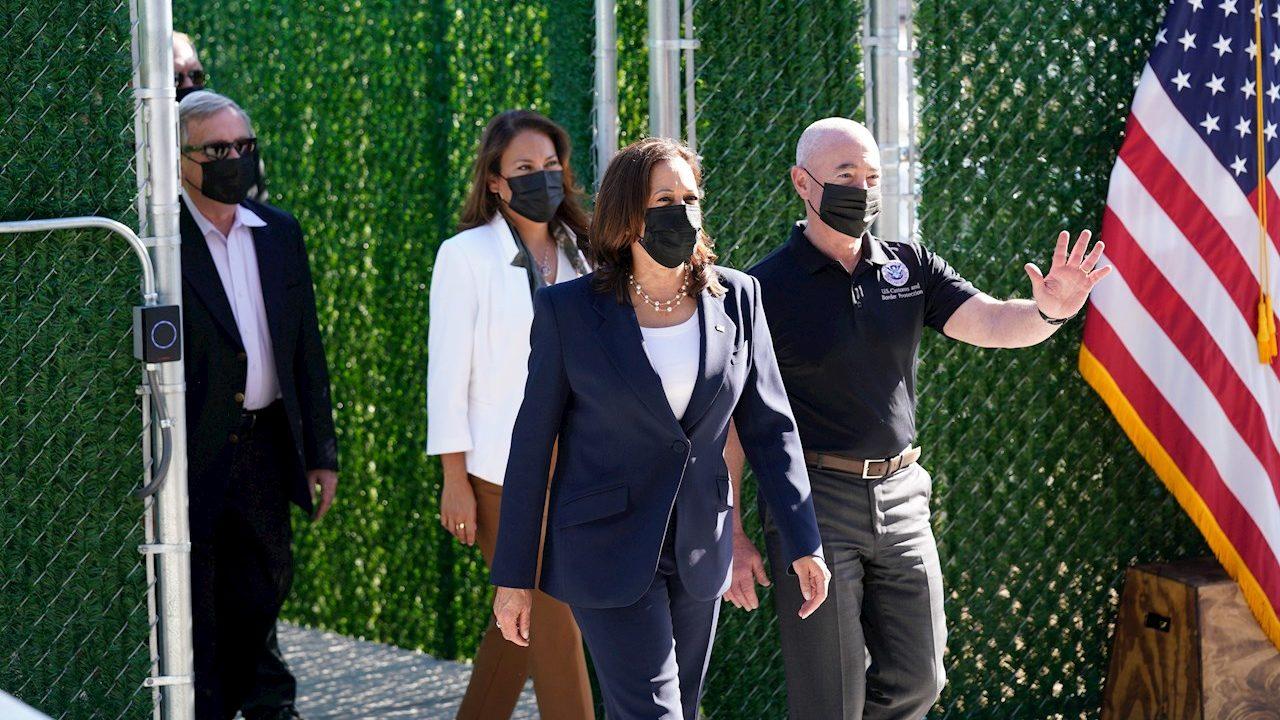 Kamala Harris promete un sistema migratorio 'humano' en visita a frontera