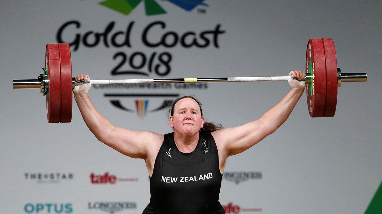 Neozelandesa Hubbard se convierte en primera atleta olímpica transgénero, pero se despide rápido