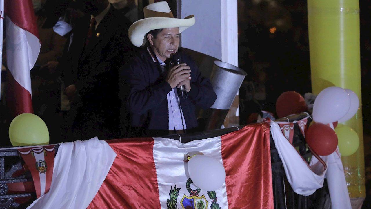 Castillo lidera las elecciones en Perú con 100% de las actas procesadas
