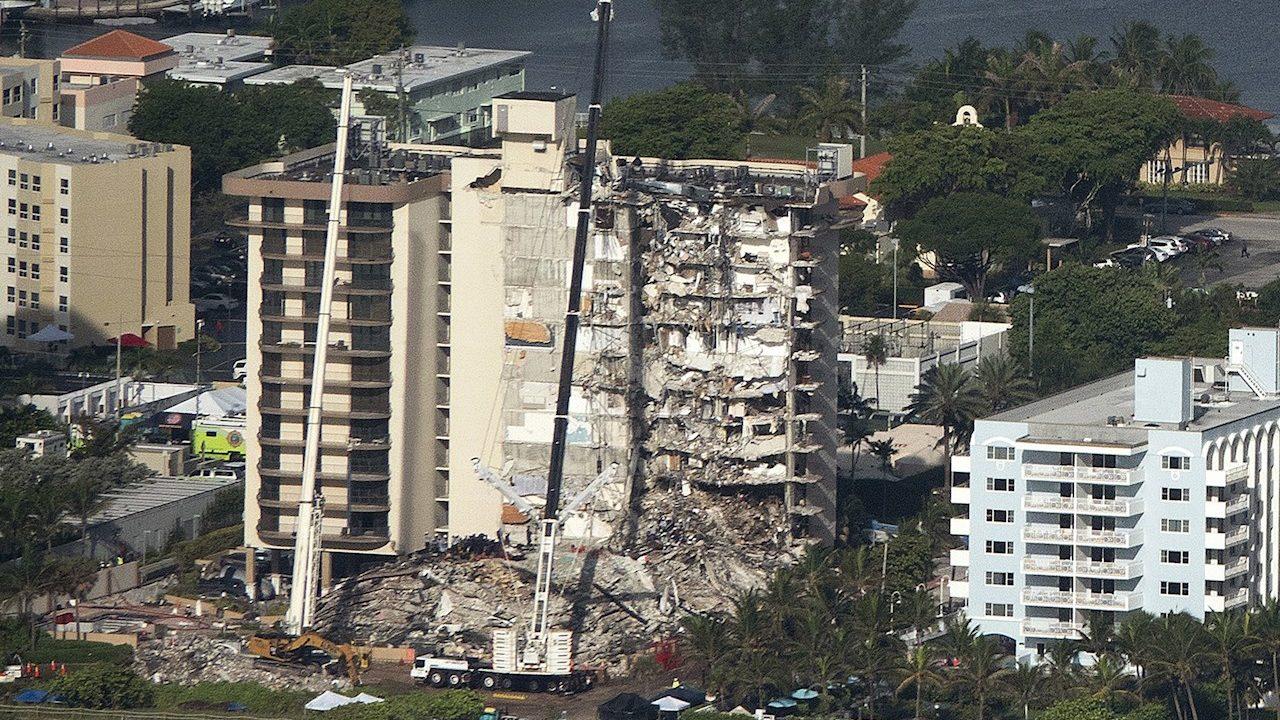 AMLO critica la demolición del edificio colapsado en Miami