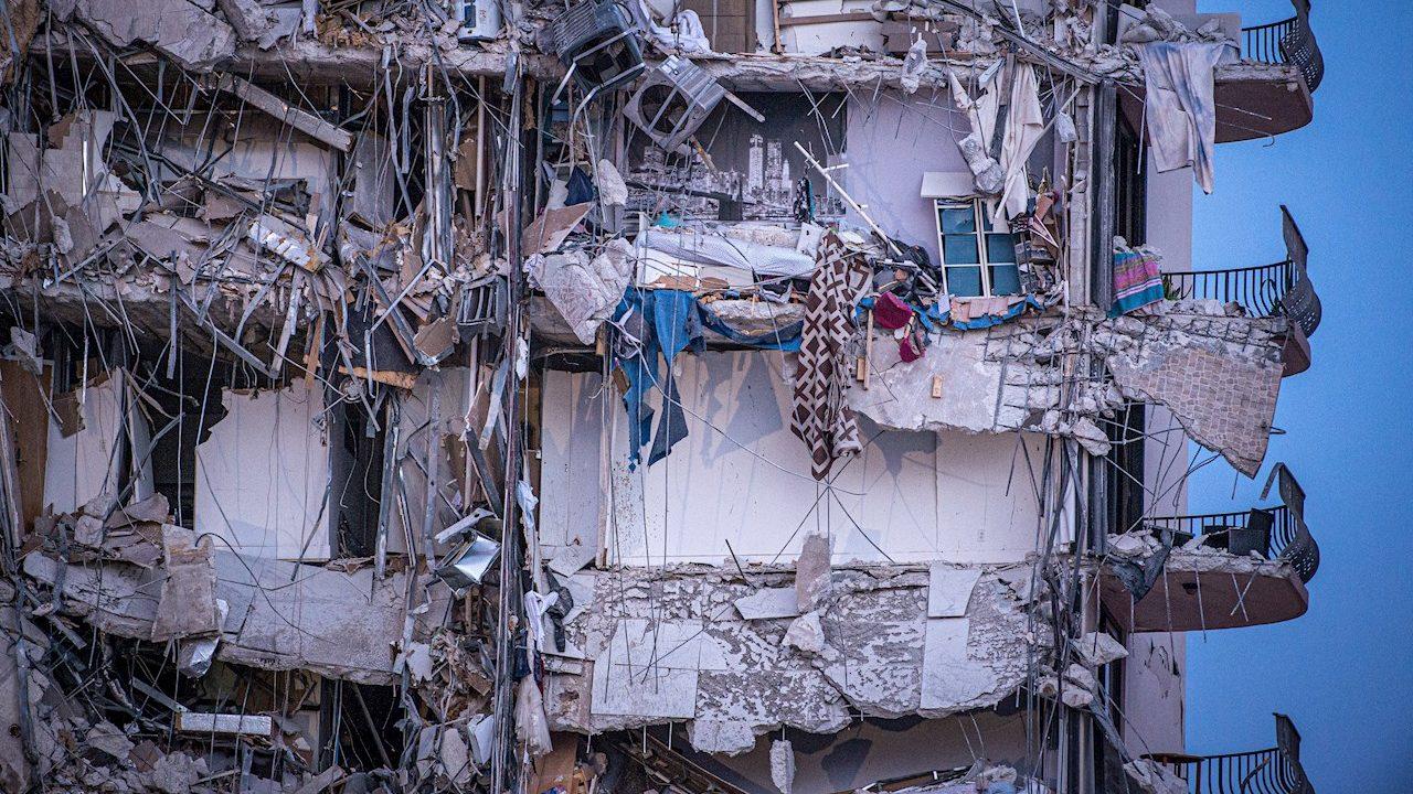 Un muerto y 99 desaparecidos en derrumbe de edificio en Miami