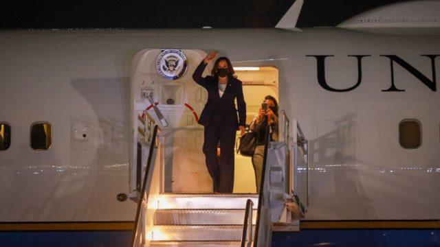 Kamala Harris arriba a México. Foto: Marcelo Ebrard