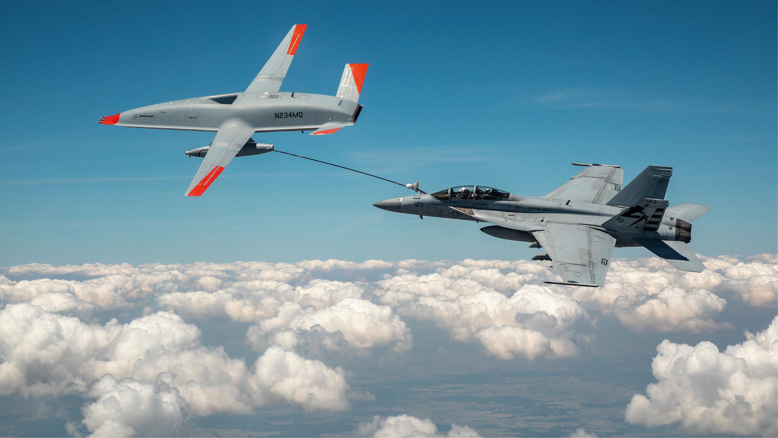 Un dron reabastece de combustible a avión militar de EU en pleno vuelo