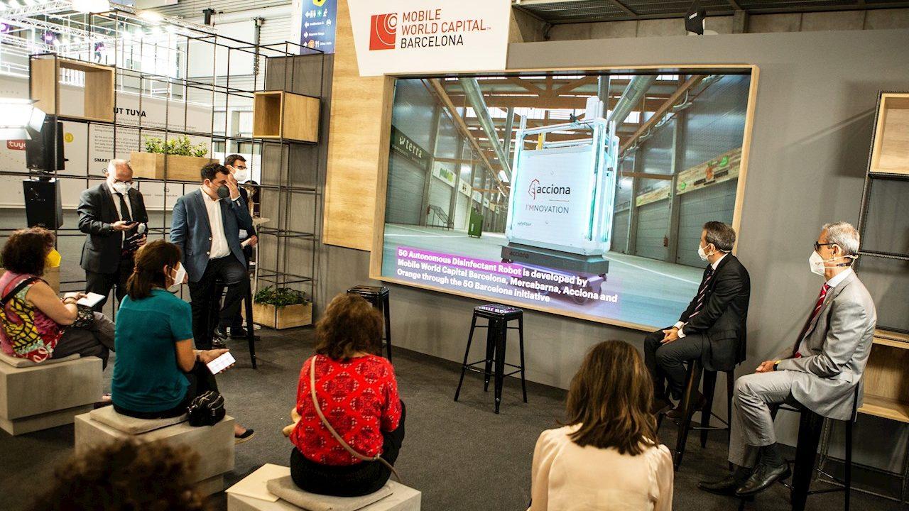 Este robot 'terminator' elimina el Covid-19 con luz ultravioleta, IA y 5G