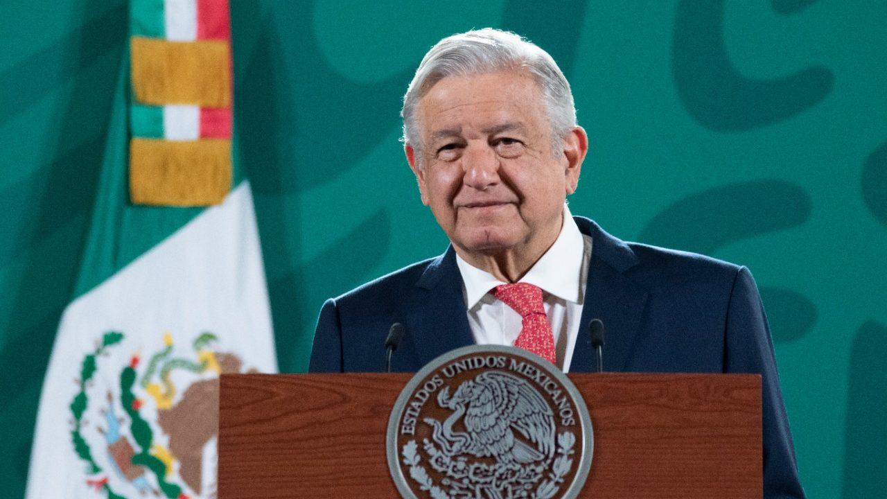AMLO exalta a Carlos Slim, en la mira por mala construcción de Línea 12