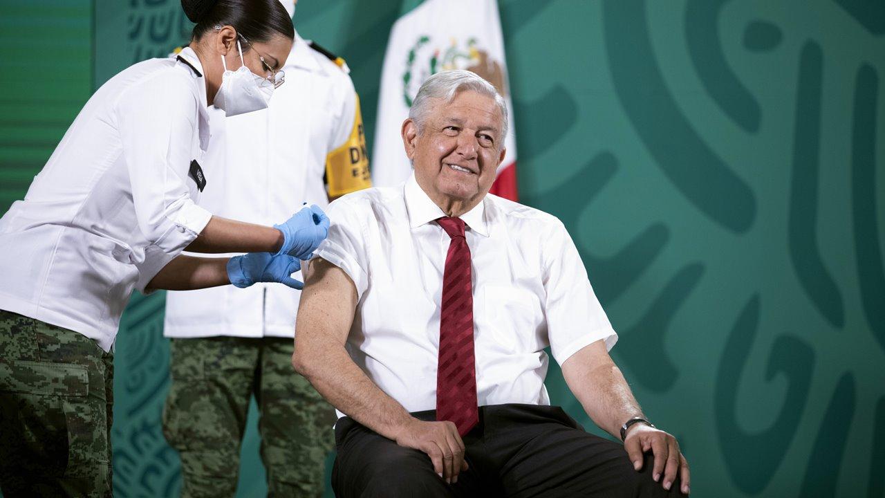 AMLO recibe segunda dosis de vacuna AstraZeneca contra Covid-19