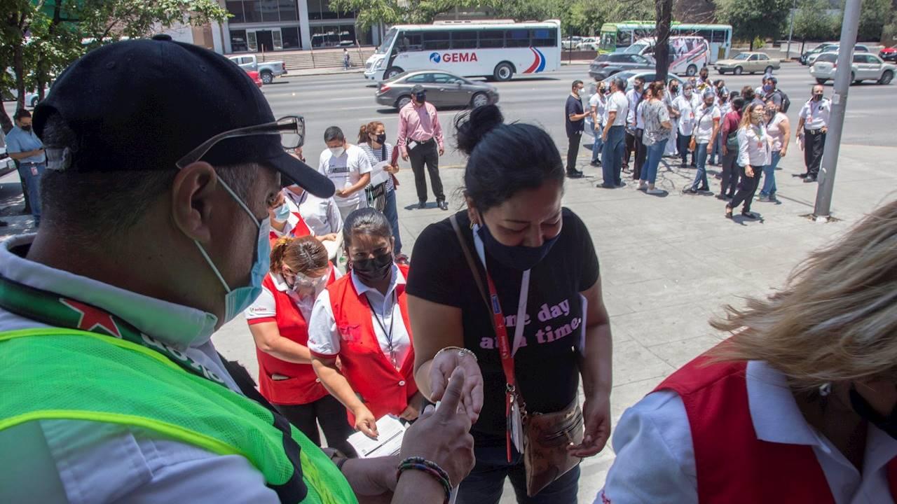 Heineken México arranca vacunación de empleados y público en Monterrey