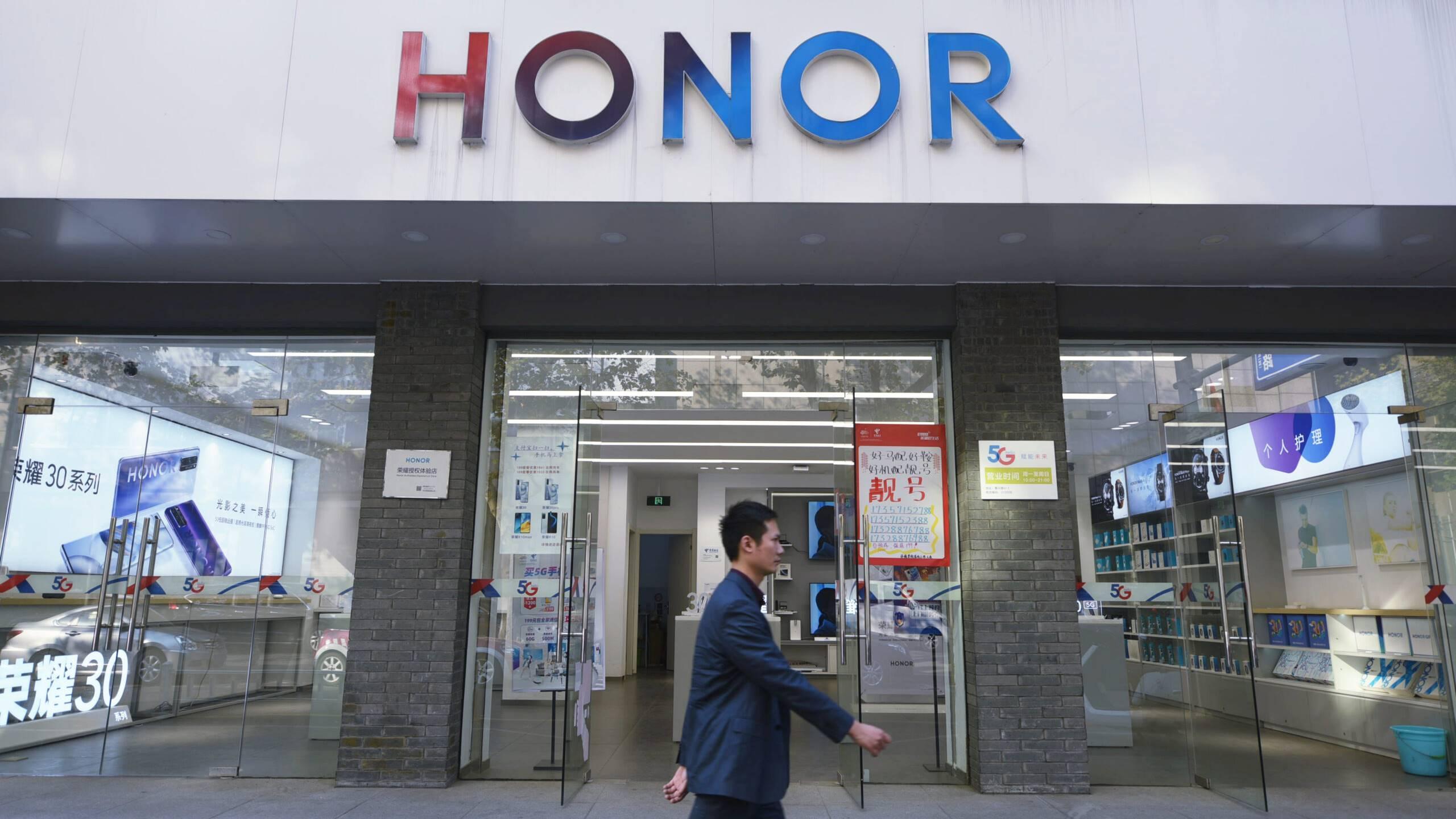 Sin las restricciones que sufre Huawei pero con su I+D, Honor va por sector de cómputo profesional