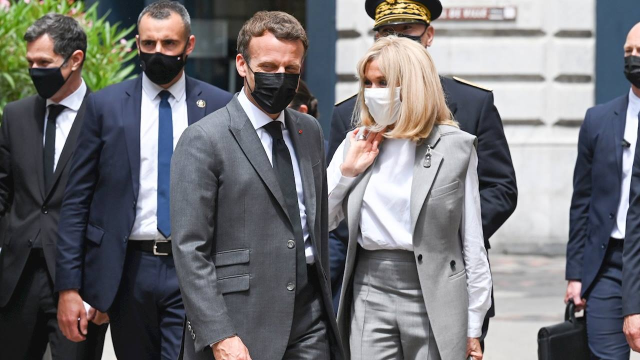 Macron recibe cachetada durante paseo por sureste de Francia
