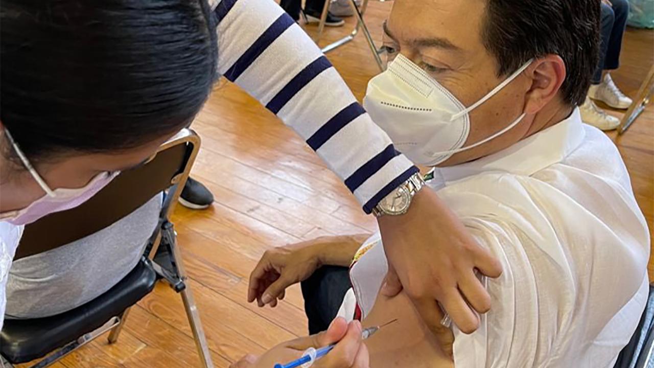 Vacunan a Mario Delgado contra el Covid-19 en la CDMX