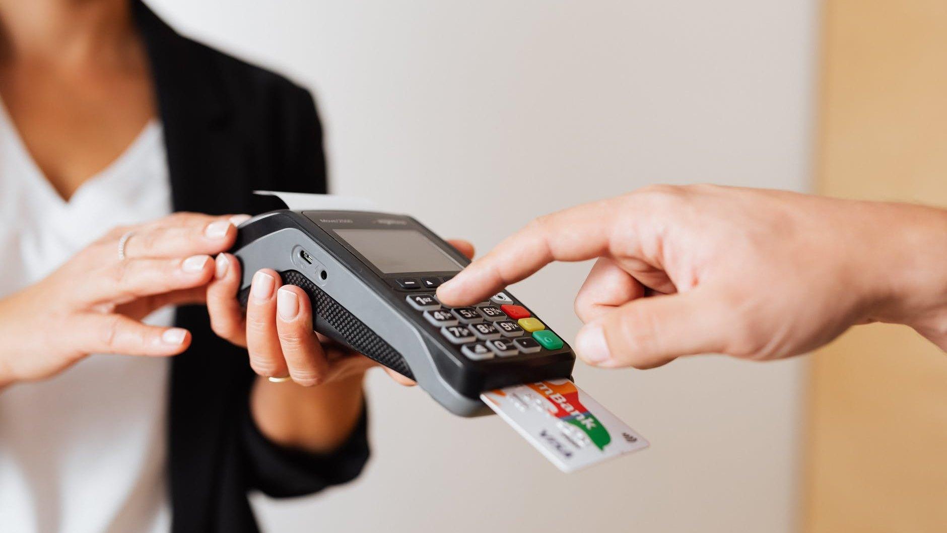 Suben 39% los 'tarjetazos' en mayo; mexicanos recuperan confianza para gastar