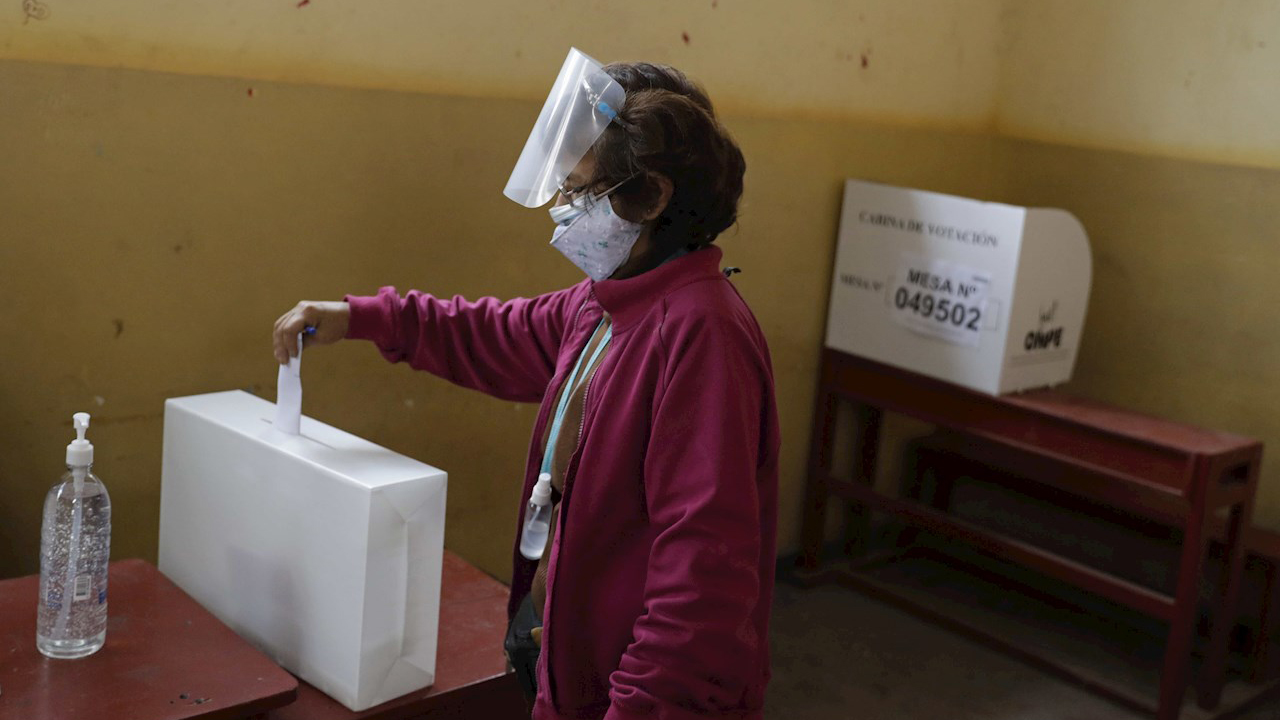 Peruanos buscan un presidente que los saque de la crisis en una elección polarizada
