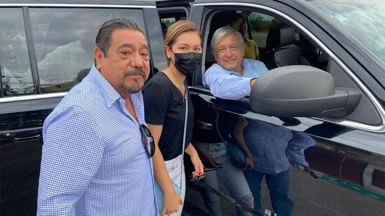 Félix Salgado Macedonio saluda a AMLO en gira por Guerrero