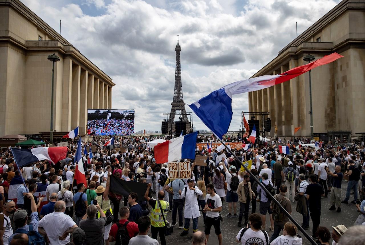 Francia debate certificado sanitario obligatorio y miles protestan en las calles